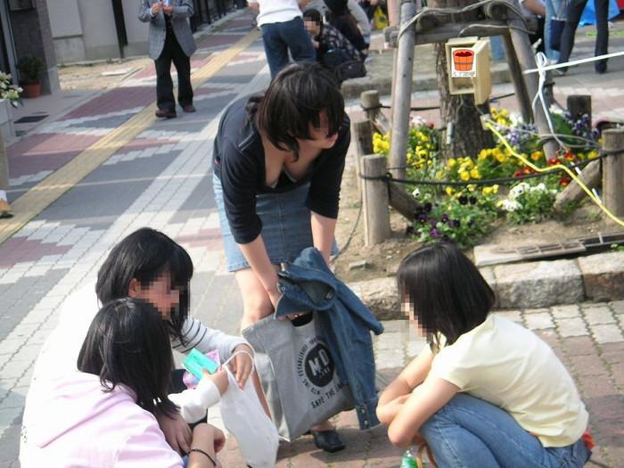 【胸チラエロ画像】街中で見かけるこんなシーンに勃起しない男なんているか!? 12