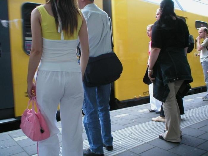 【下着透けエロ画像】街中でこんな光景みたことあるだろ?下着の透けてる女の子! 04