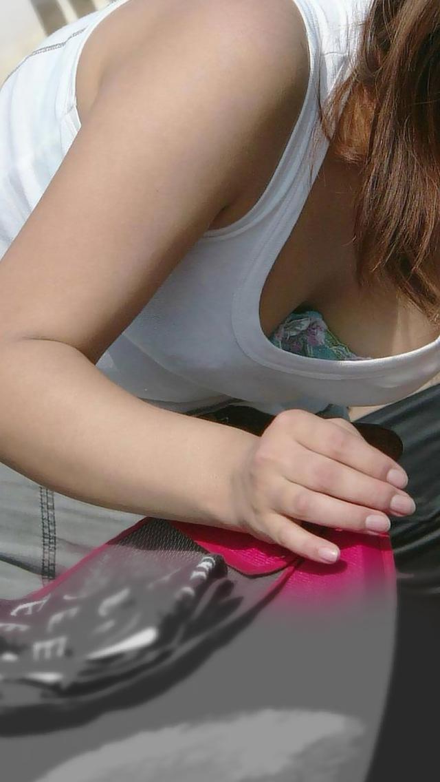【胸チラエロ画像】油断したその胸元撮ったり!胸チラ画像集めたったww 17
