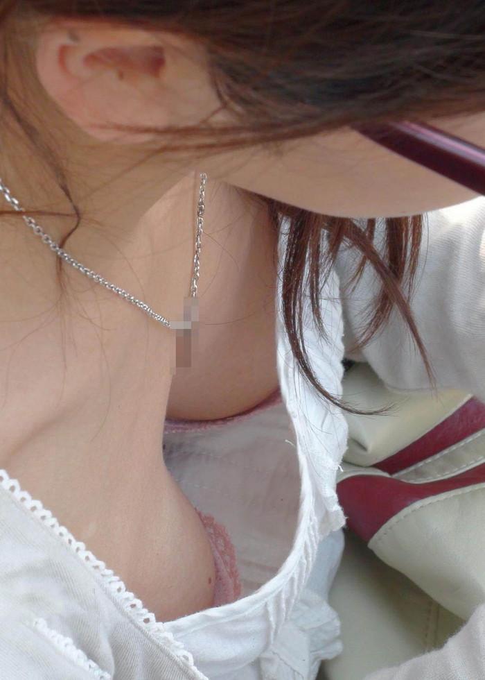 【胸チラエロ画像】油断したその胸元撮ったり!胸チラ画像集めたったww 24