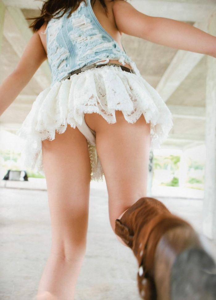 【ローアングルエロ画像】こんな角度からスカートの中身を撮影したらやっぱこうなるわなww 01