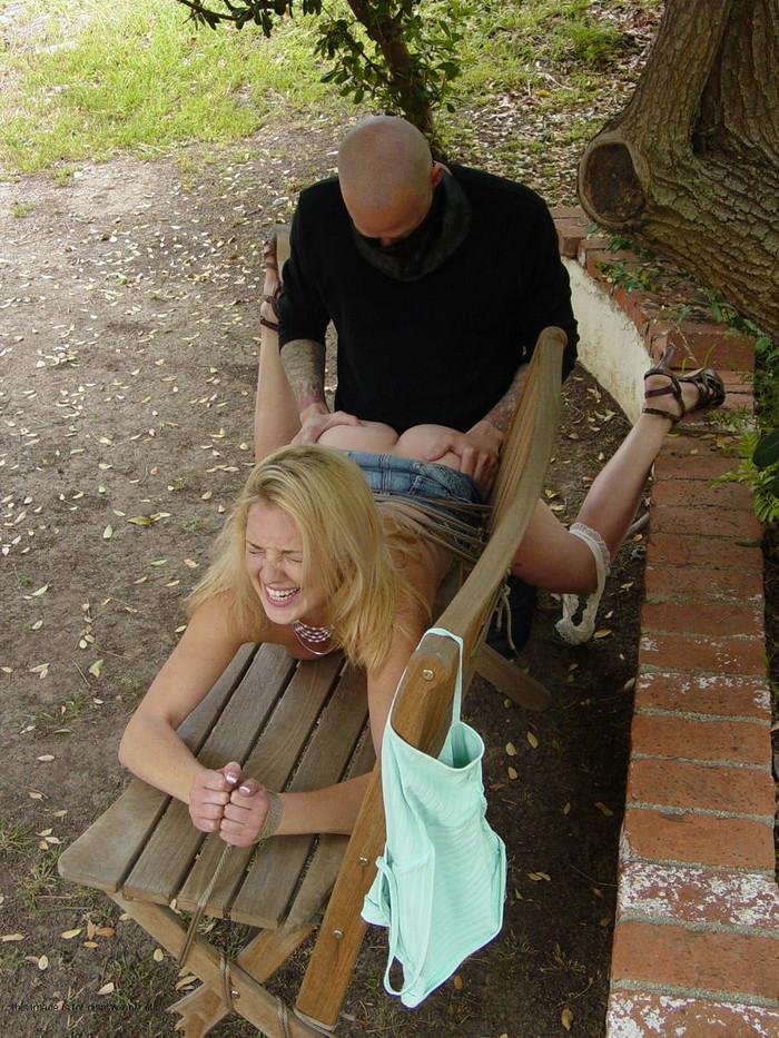 【海外青姦エロ画像】海外女性が外でハメまくってる画像の破壊力がやべー!w 06