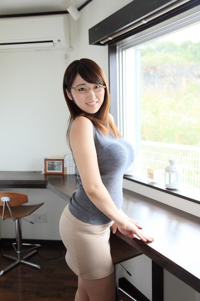【着衣巨乳エロ画像】はち切れんばかりの膨らみに思わず下半身沸騰の着衣巨乳! 23