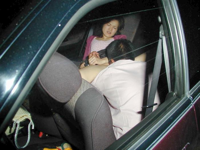 【カーセックス盗撮エロ画像】非常にリアル!これはガチだろ!?っていうカーセックス盗撮! 24