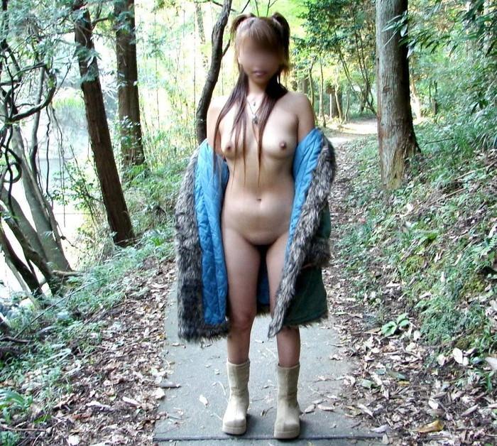 【露出エロ画像】まるで痴女!コートの下は全裸で大胆露出に挑む素人娘達! 02
