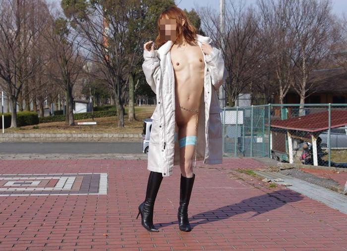 【露出エロ画像】まるで痴女!コートの下は全裸で大胆露出に挑む素人娘達! 12