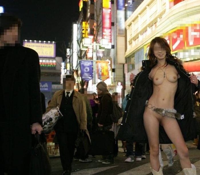 【露出エロ画像】まるで痴女!コートの下は全裸で大胆露出に挑む素人娘達! 19