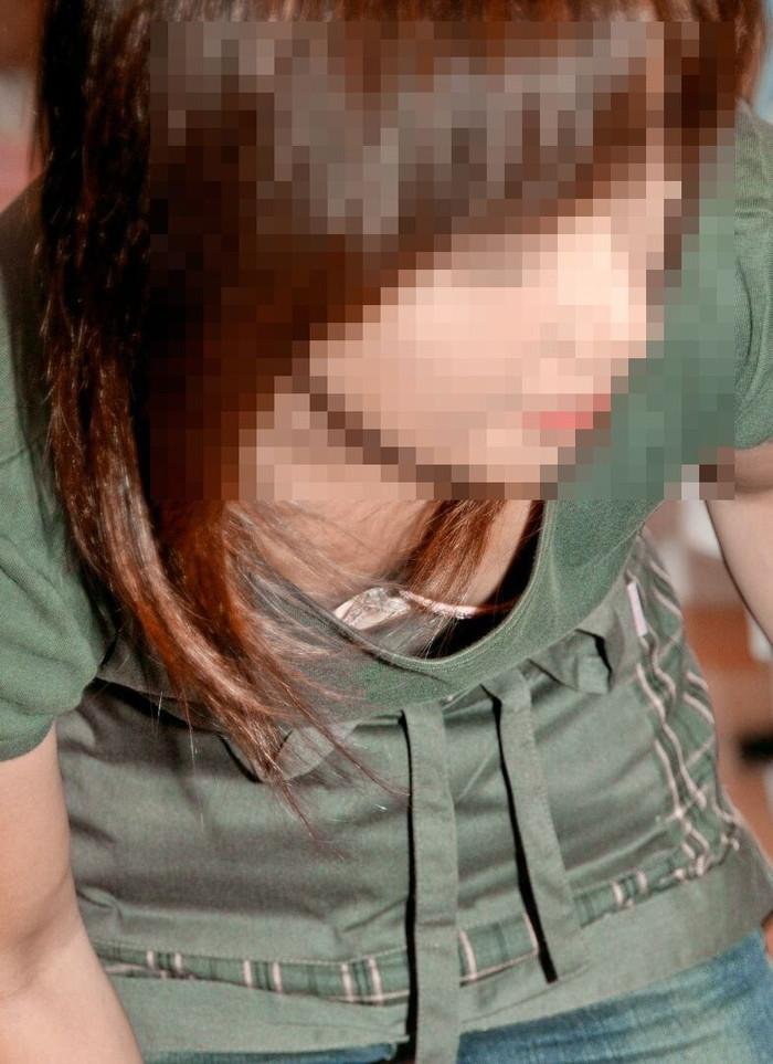 【胸チラエロ画像】誰が撮ったかしらないが素晴らしいタイミングと角度で胸チラ! 19