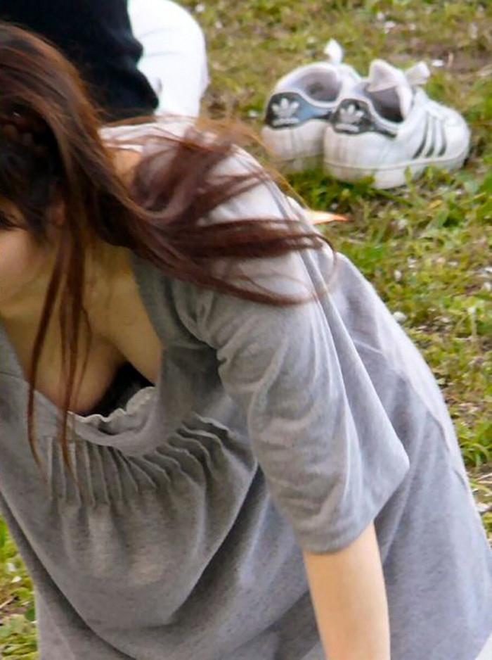 【胸チラエロ画像】誰が撮ったかしらないが素晴らしいタイミングと角度で胸チラ! 23