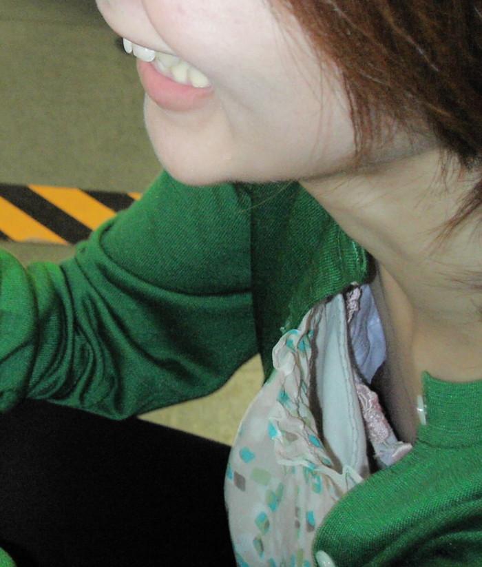 【胸チラエロ画像】誰が撮ったかしらないが素晴らしいタイミングと角度で胸チラ! 26