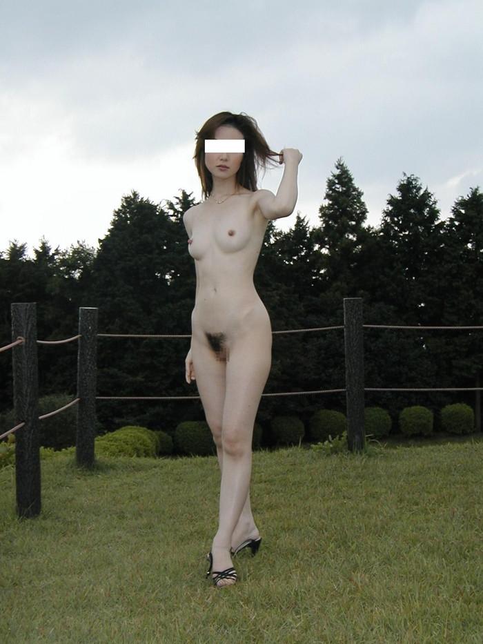 【素人露出エロ画像】素人娘たちの野外露出がまるっきり露出狂レベルwww 22