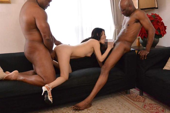 【黒人男性VS日本人女性エロ画像】黒人男性の巨大なモノを受け入れる日本人女性! 09
