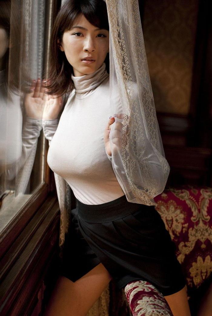 【着衣巨乳エロ画像】着衣の上からでもハッキリ解る巨乳美人に視線釘付け! 24