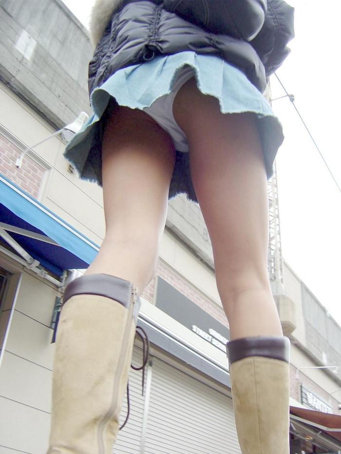 【パンチラエロ画像】ミニスカートの中身をローアングルカメラでで狙い撃ち!w 01