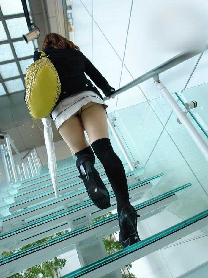 【パンチラエロ画像】ミニスカートの中身をローアングルカメラでで狙い撃ち!w 03