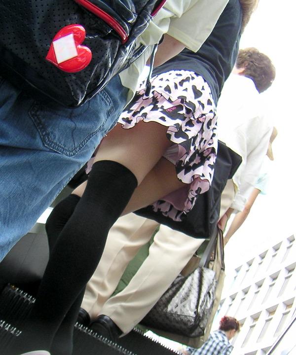 【パンチラエロ画像】ミニスカートの中身をローアングルカメラでで狙い撃ち!w 06