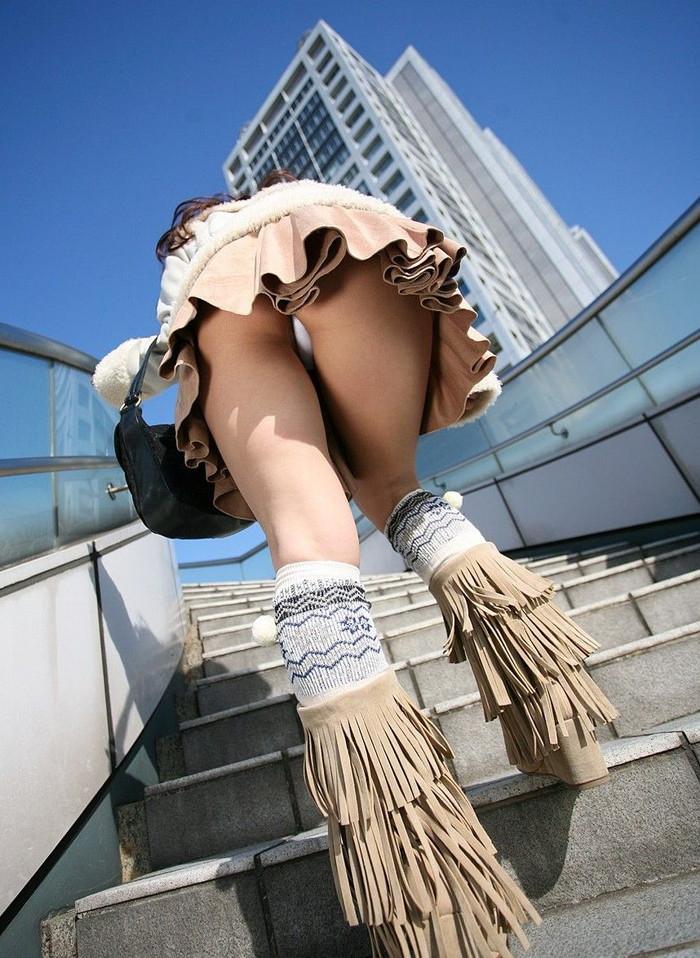 【パンチラエロ画像】ミニスカートの中身をローアングルカメラでで狙い撃ち!w 14