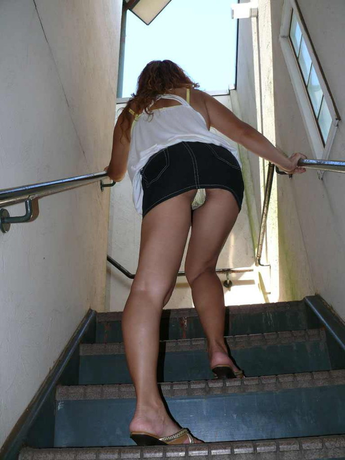 【パンチラエロ画像】ミニスカートの中身をローアングルカメラでで狙い撃ち!w 20