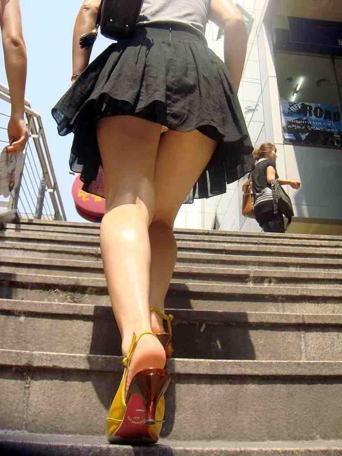 【パンチラエロ画像】ミニスカートの中身をローアングルカメラでで狙い撃ち!w 21