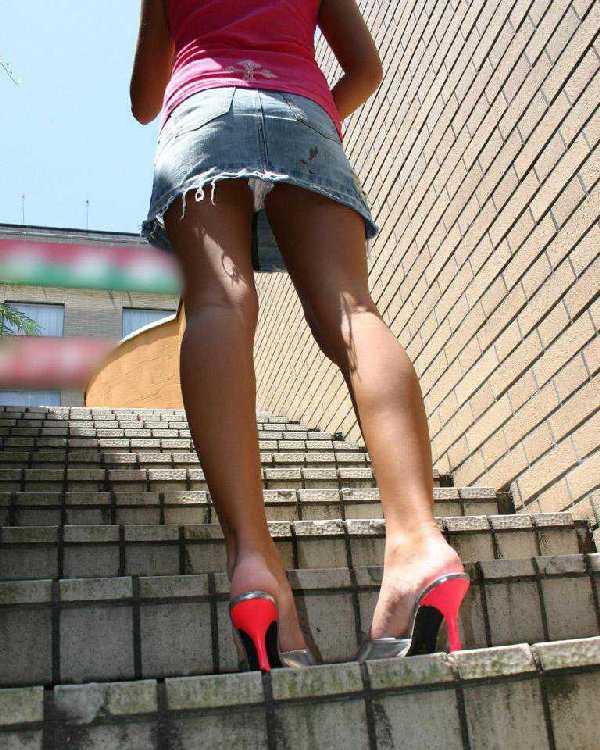【パンチラエロ画像】ミニスカートの中身をローアングルカメラでで狙い撃ち!w 25