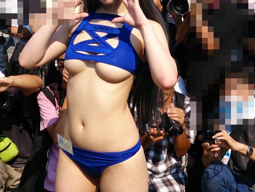 【コスプレエロ画像】過激衣装で視線を集める卑猥すぎるコスプレイヤー達!