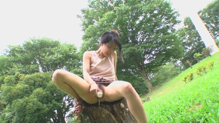 【野外オナニーエロ画像】場所を選ばず興奮したその場でオナニーしてしまう女達! 02