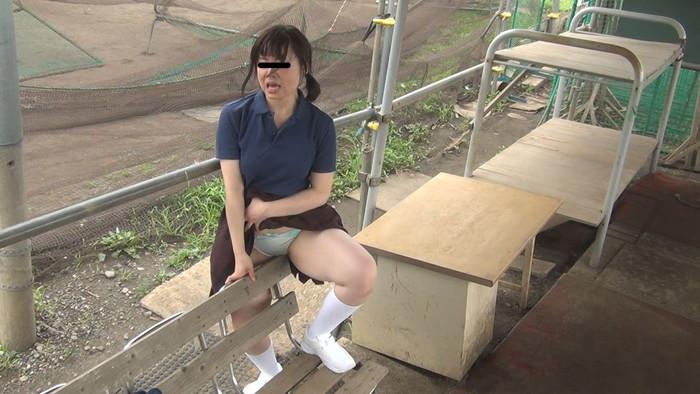 【野外オナニーエロ画像】場所を選ばず興奮したその場でオナニーしてしまう女達! 14