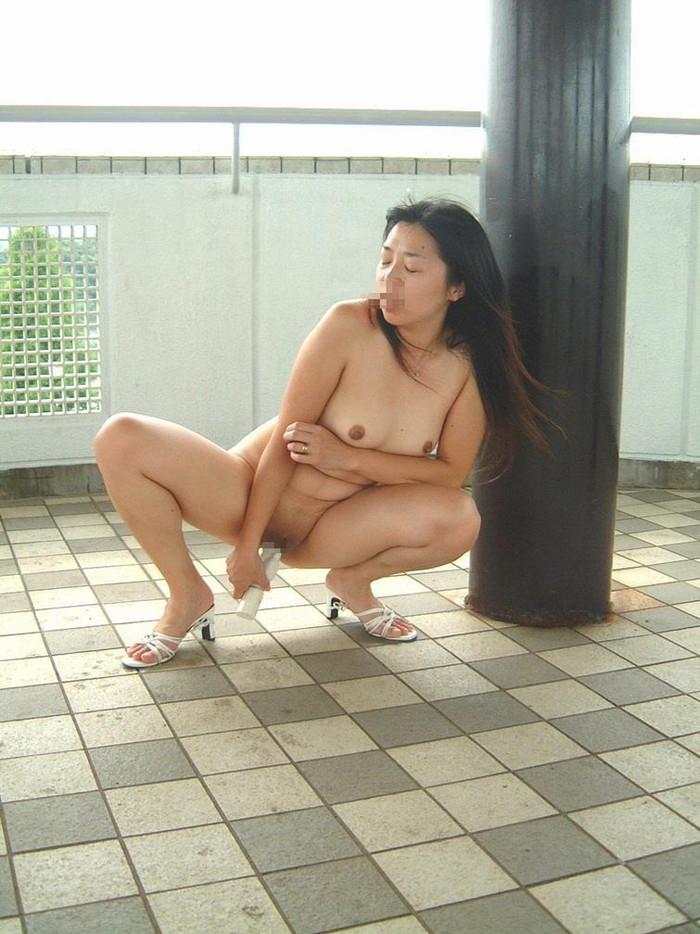 【野外オナニーエロ画像】場所を選ばず興奮したその場でオナニーしてしまう女達! 22