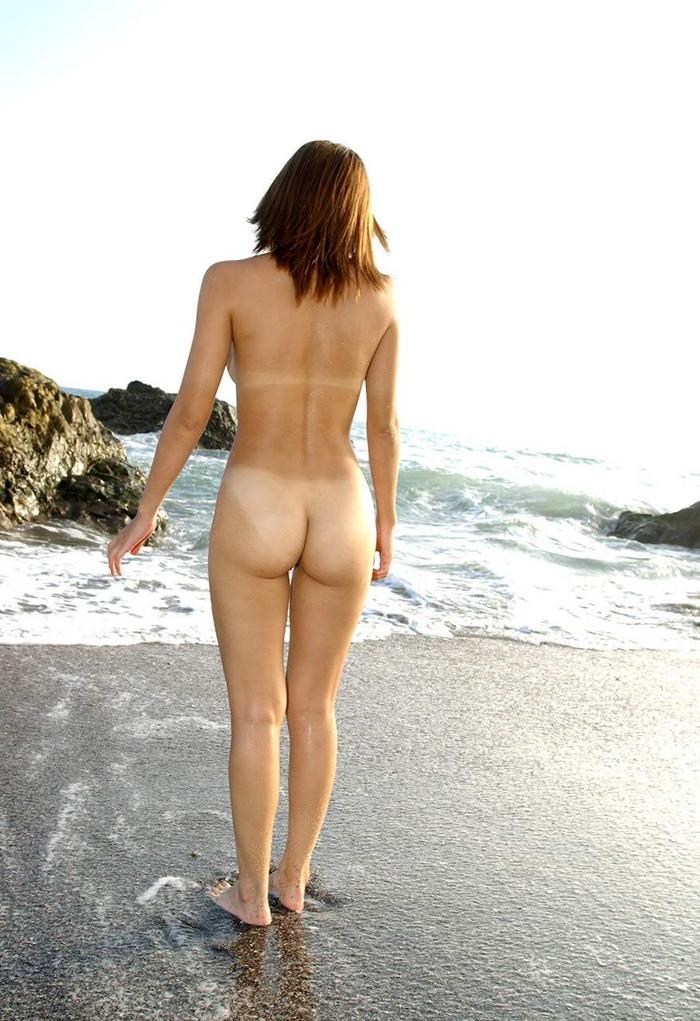 【日焼け跡エロ画像】日に焼けて水着の跡がクッキリの女の子たちのエロ裸体! 07