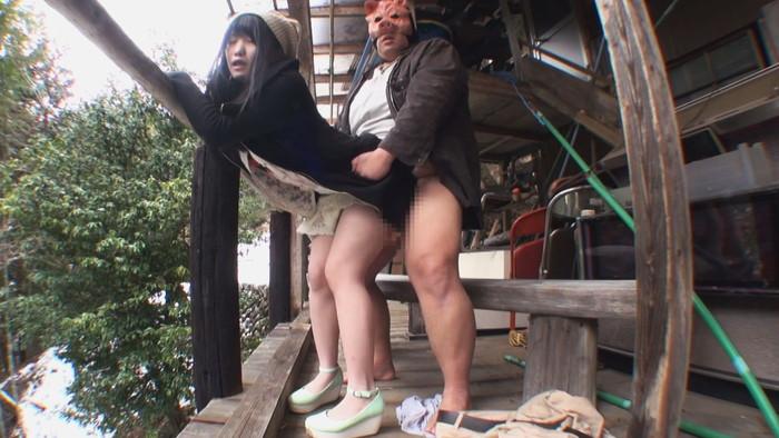 【青姦エロ画像】明るい太陽の下で開放的な青姦セックスする男女! 14