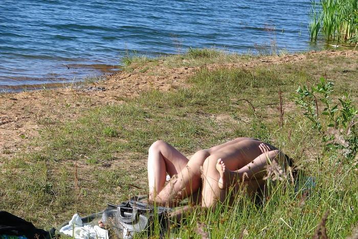 【海外発青姦エロ画像】海外美女たちの真っ白な肌がエロすぎッ!海外発青姦! 25