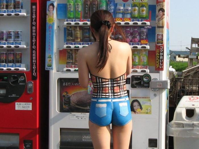 【ボディーペイントエロ画像】全裸ペイントという新しいスタイルの露出プレイ! 14