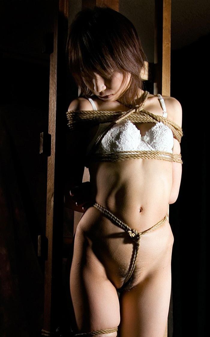 【SM緊縛エロ画像】マニアックだがそれがいい!緊縛された女達の妖艶な姿! 08