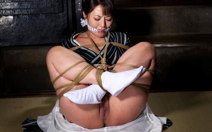 【SM緊縛エロ画像】マニアックだがそれがいい!緊縛された女達の妖艶な姿! 12