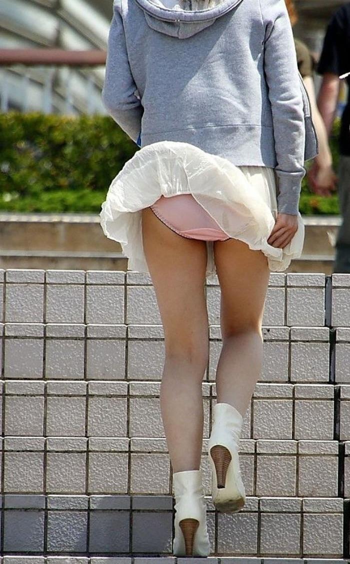 【パンチラエロ画像】風に舞ったスカート!その瞬間を激写! 16