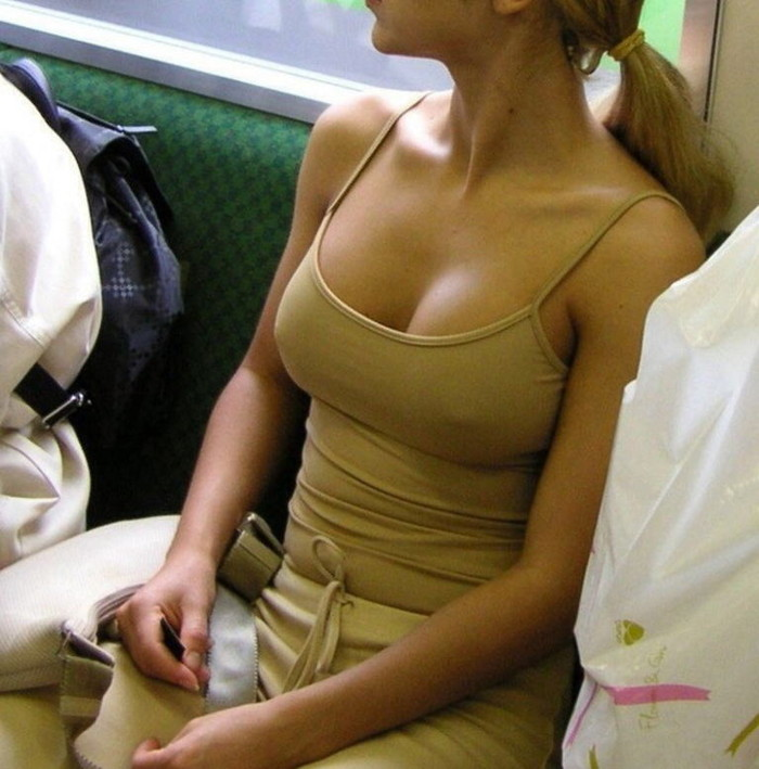 【乳首透けエロ画像】ノーブラ女子の乳首ポッチ!思わず手を伸ばして摘みたくなるよな! 05