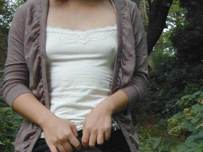【乳首透けエロ画像】ノーブラ女子の乳首ポッチ!思わず手を伸ばして摘みたくなるよな! 08