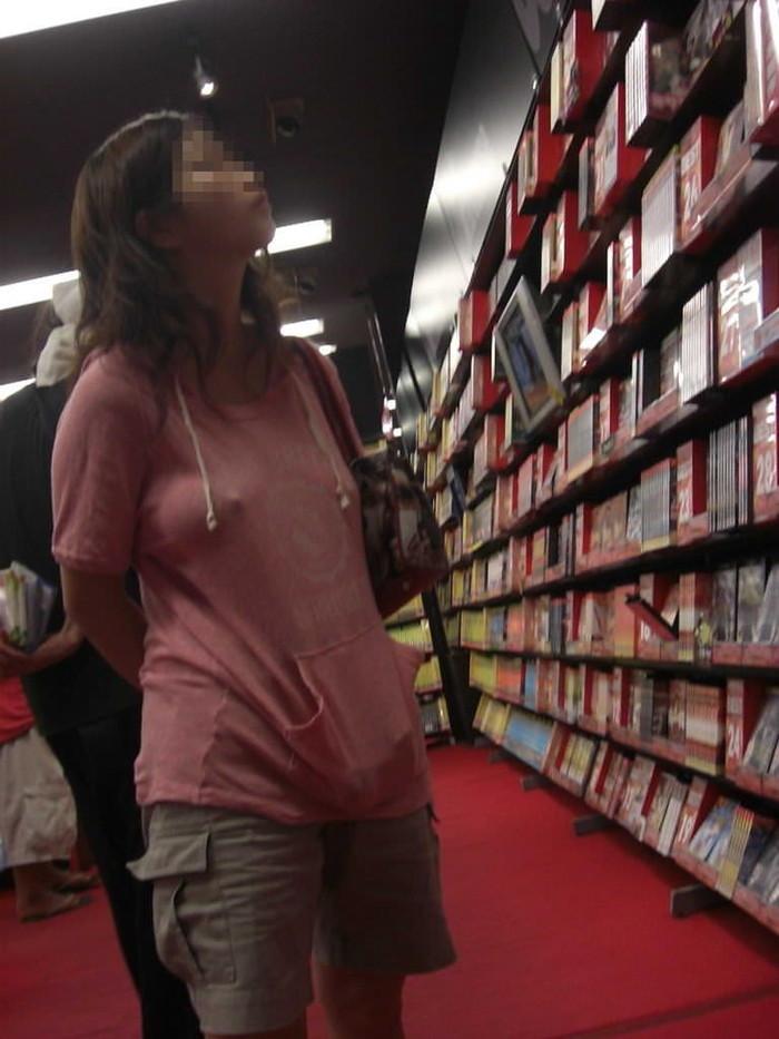 【乳首透けエロ画像】ノーブラ女子の乳首ポッチ!思わず手を伸ばして摘みたくなるよな! 12