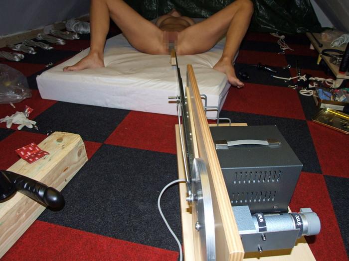 【ファッキングマシーンエロ画像】機械と人間のセックスだと!?マシンに犯される女性たち! 24