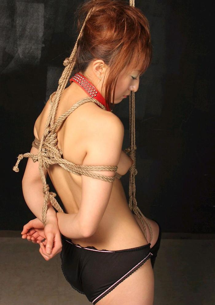 【SM緊縛エロ画像】全身をロープで縛られた自由の利かない女の子の姿に勃起したww 01