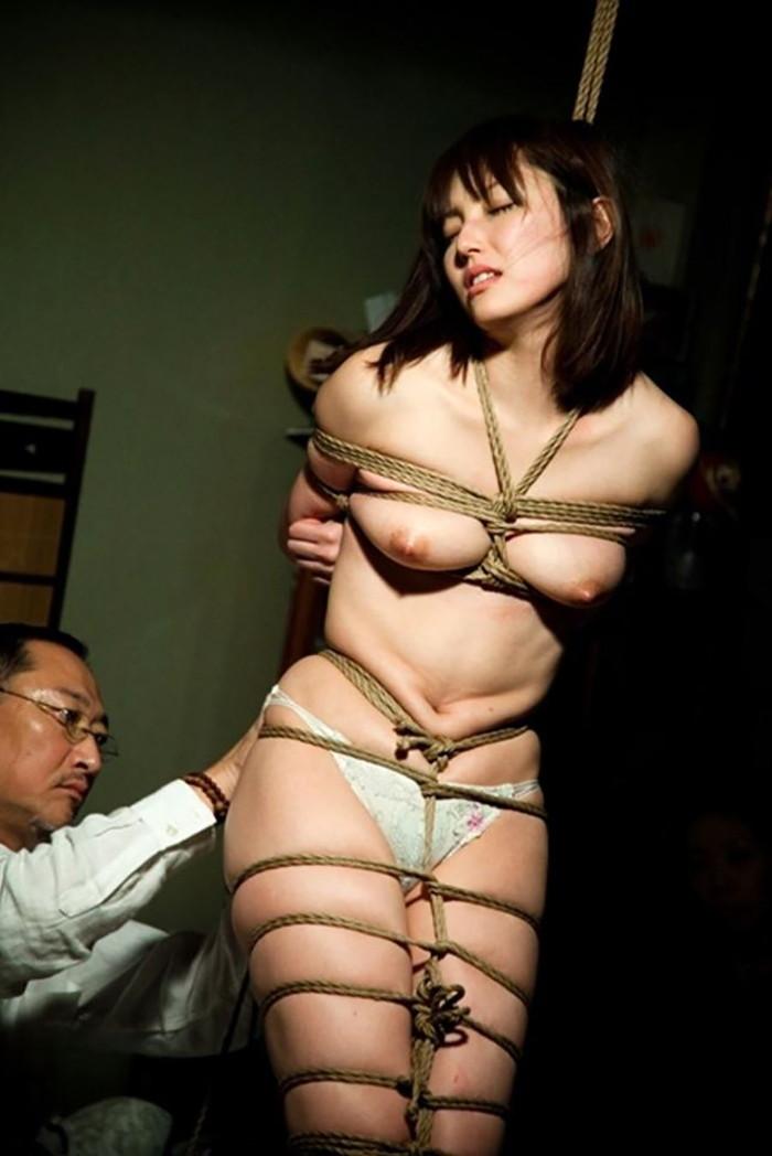 【SM緊縛エロ画像】全身をロープで縛られた自由の利かない女の子の姿に勃起したww 02