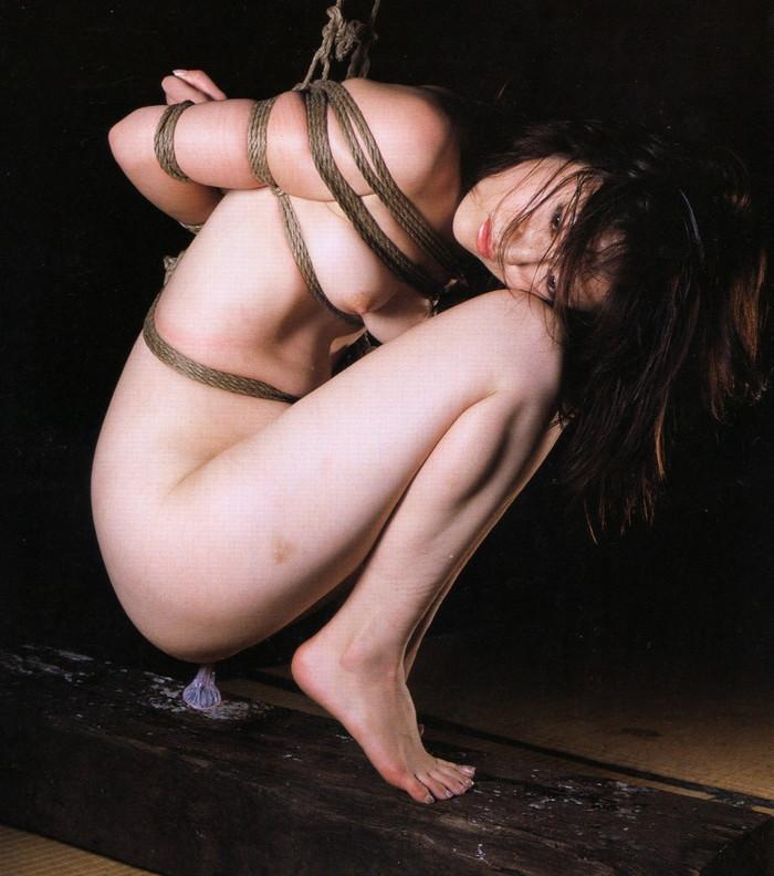 【SM緊縛エロ画像】全身をロープで縛られた自由の利かない女の子の姿に勃起したww 26