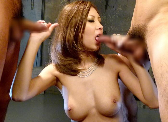【Wフェラエロ画像】2本のチンポを欲張りにフェラで咥え込む女達 06