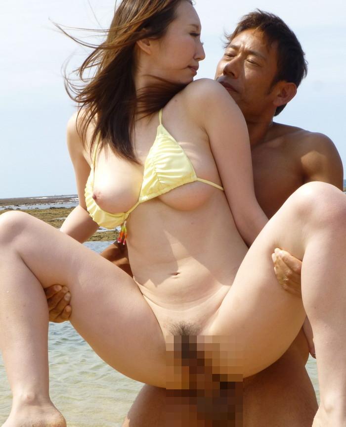【野外セックスエロ画像】開放感たっぷりの野外でセックスするカップルwww 10