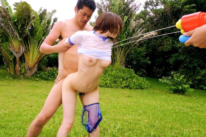 【野外セックスエロ画像】開放感たっぷりの野外でセックスするカップルwww 11