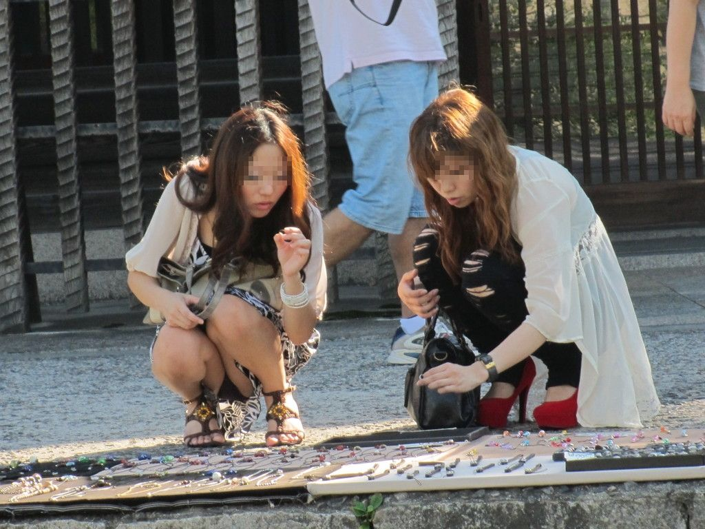 【街撮りパンチラエロ画像】偶発的な素人娘たちのパンチラ画像って良いよな!?