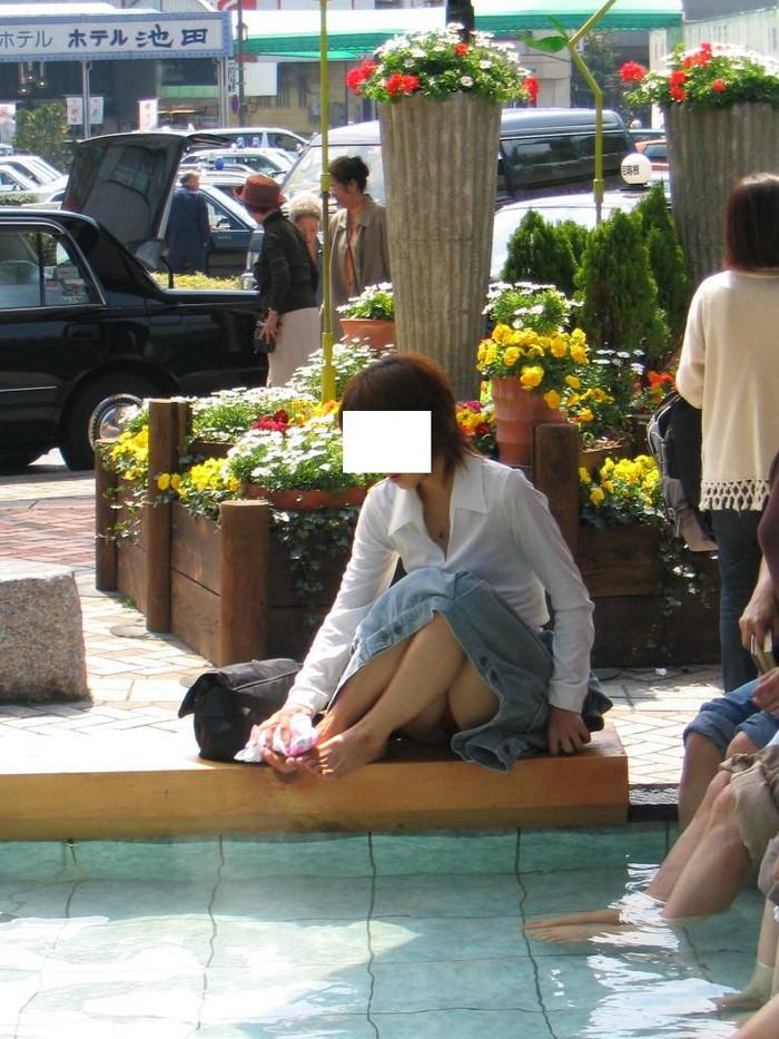 【街撮りパンチラエロ画像】偶発的な素人娘たちのパンチラ画像って良いよな!? 26