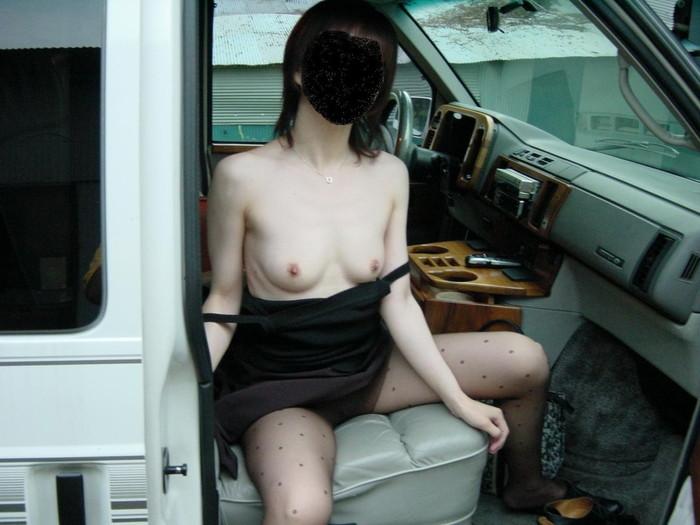 【車内露出エロ画像】カーセックス前!?車内で露出した破廉恥画像が流出!? 14