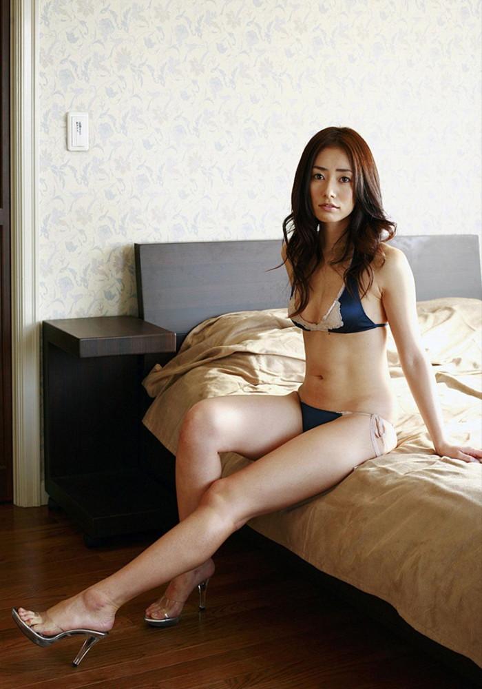 【美熟女エロ画像】この悩ましさと妖艶な雰囲気!こちらからお願いしたい美熟女! 18