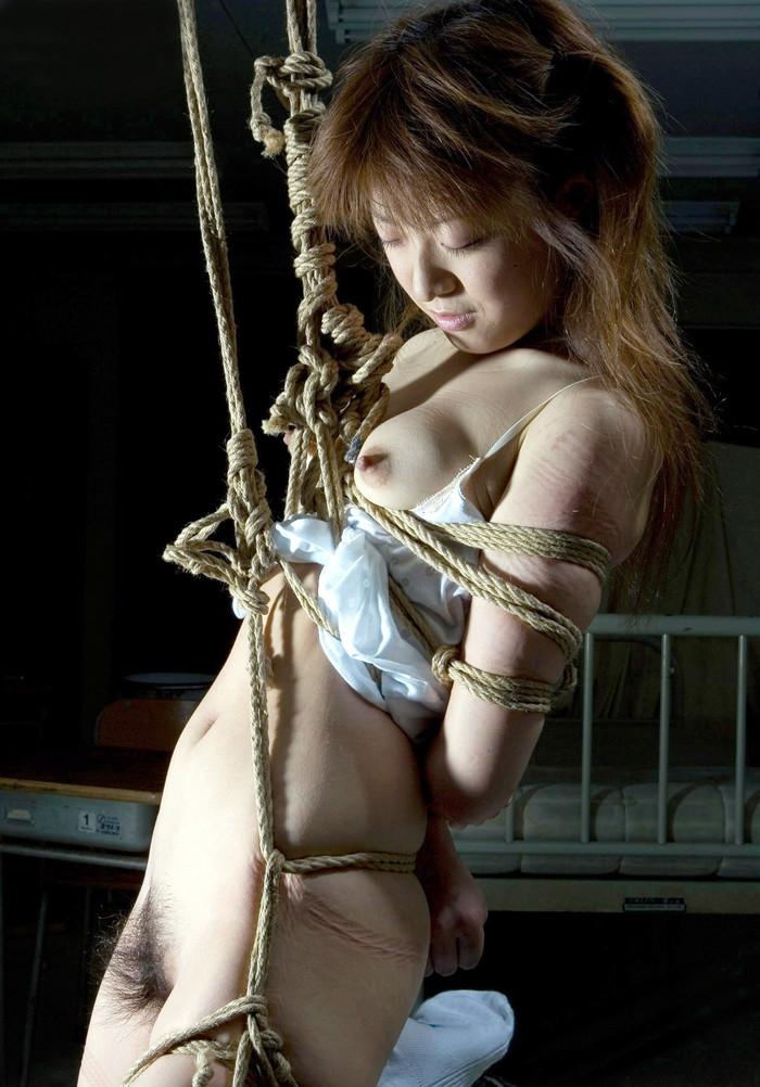 【SM緊縛エロ画像】拘束されて自由を奪われた女性の姿に思わずムラムラ…。 11